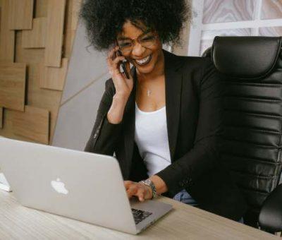 Une femme fait du phoning pour gagner de l'argent